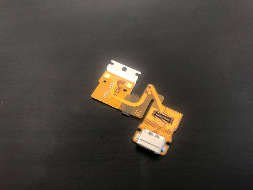 破損した充電コネクタ